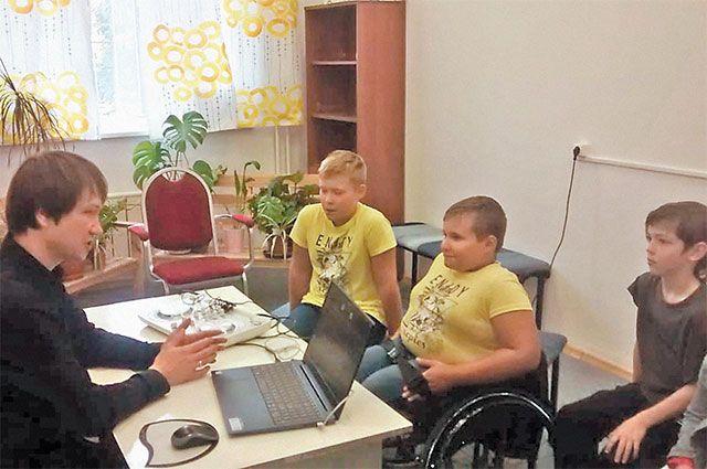 Леонид Маскаев на мастер-классе «Школы радио» с ребятами из Куркина.