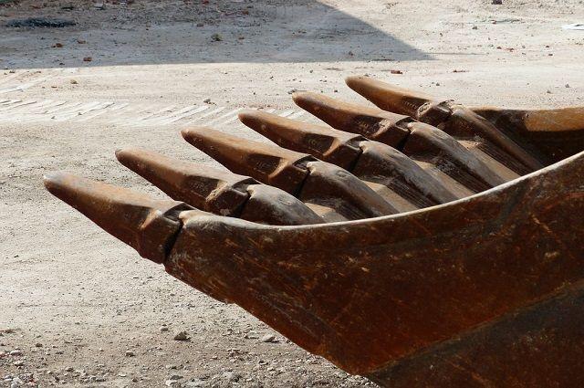 Ликвидировать огромную яму глубиной почти 10 метров решили из-за угрозы обрушения двух жилых домов на Фрунзе, 12 и 14.