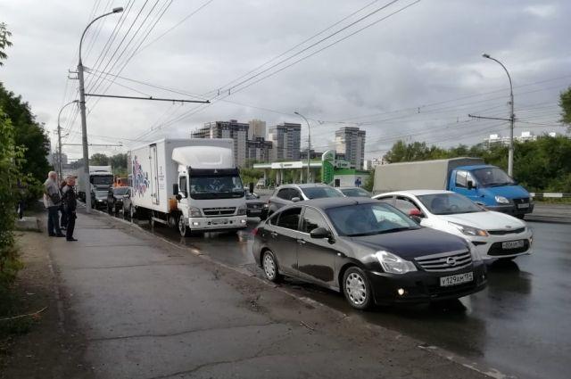 Движение затруднено на улицах Ватутина, Троллейной, Немировича-Данченко, Сибиряков-Гвардейцев и на Советском шоссе.