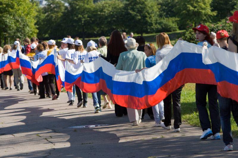 Российский флаг длиною в 1 км растянули в Санкт-Петербурге на проспекте Славы.