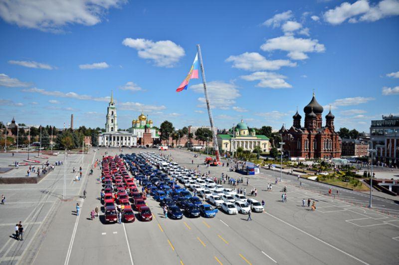 Участники флешмоба «АвтоТриколор», посвященного Дню российского флага, наплощади Ленина вТуле.