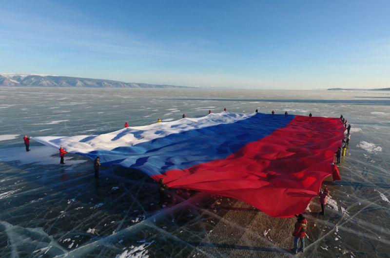 Государственный флаг РФ площадью 1423 квадратных метра развернули на льду самого большого пресноводного водоема мира — озера Байкал. Эта акция занесена в Книгу рекордов России и мира.