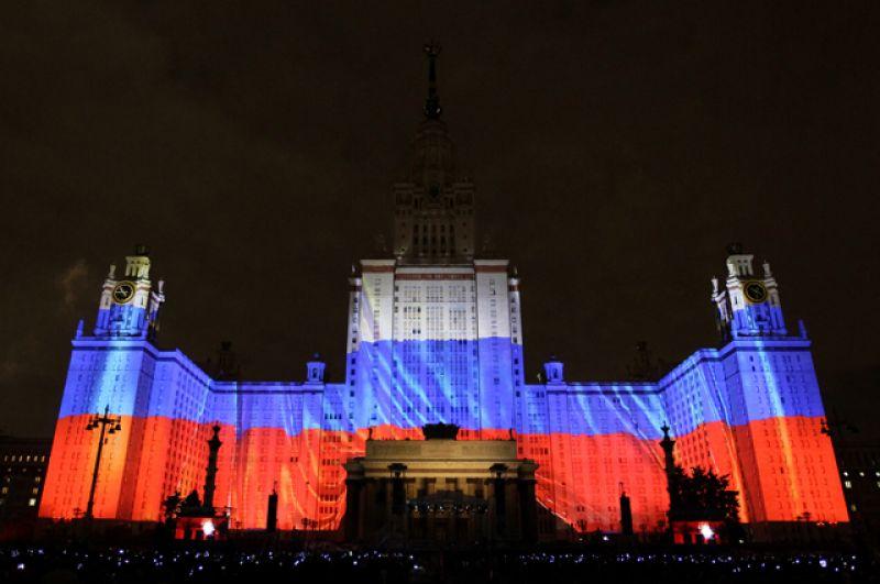 Архитектурное световое шоу на главном здании МГУ на Воробьевых горах.