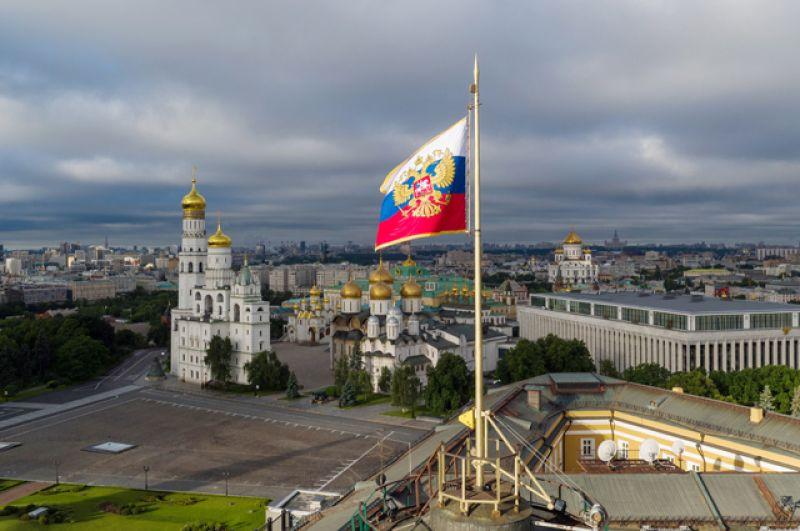 Президентский штандарт на куполе сенатского дворца в Московском Кремле.