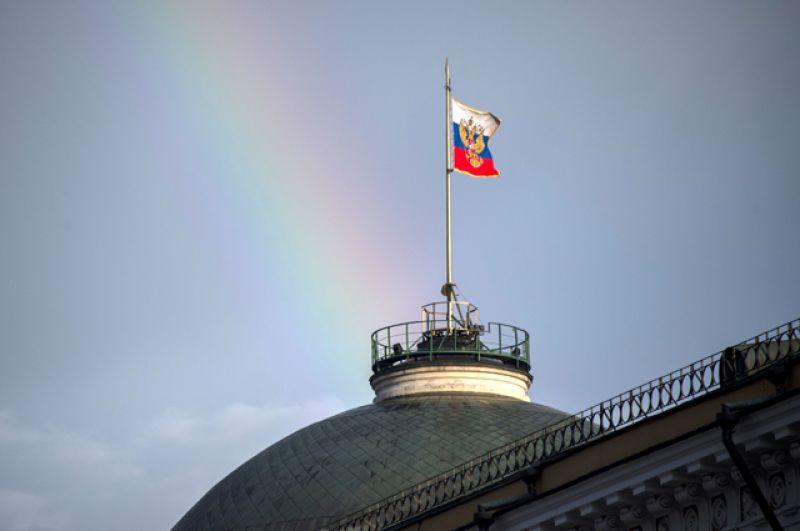Флаг России над зданием Большого Кремлевского дворца.