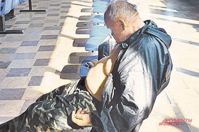 Автовокзал в польском городе Щецин дарит полное ощущение бывшего СССР в девяностых годах: уставшие или попросту пьяные люди спят в зале ожидания.