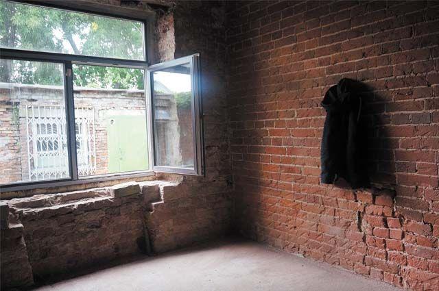 В здании по адресу ул. Пермская, 61в, уже отремонтировали пол, установили двери, вставили окна.