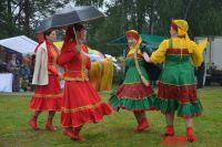 Несмотря на дождь, гости фестиваля участвовали в мастер-классах, танцевали и водили хороводы.