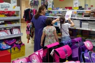 В магазинах канцтоваров наплыв покупателей.
