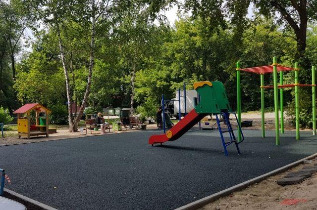 В округе установили 60 детских городков с безопасным искусственным покрытием.