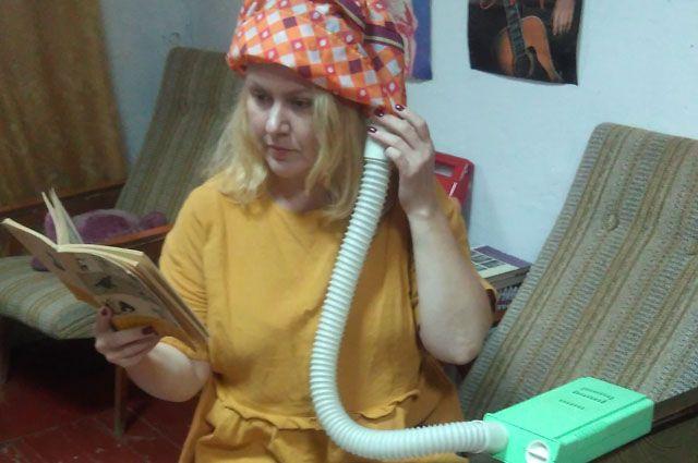 Ирина Светоносова с удовольствием демонстрирует гостям музея принцип действия забытых сегодня «приборов красоты» и содержимое косметички времён СССР.