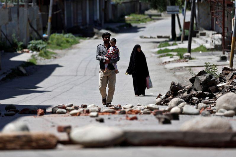 Территория Кашмира остается спорной территорией между Нью-Дели и Исламабадом с 1947 года, когда мусульманские регионы Индии основали отдельное государство Пакистан.