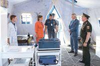 Александр Гусев и Александр Журавлёв осмотрели мобильный пункт, рассчитанный на временное размещение до 150 пострадавших.