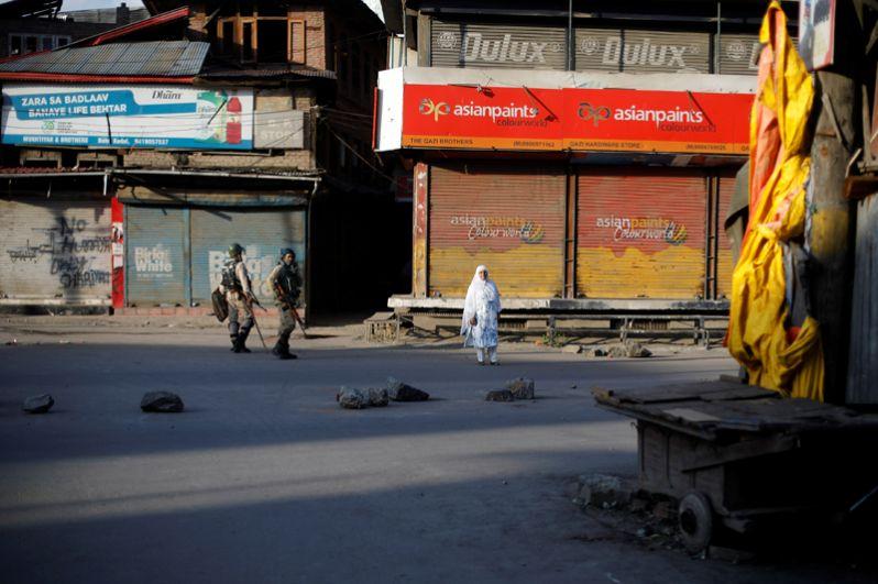 Индийские военные патрулируют городские улицы в Сринагаре, столице штата Джамму и Кашмир.