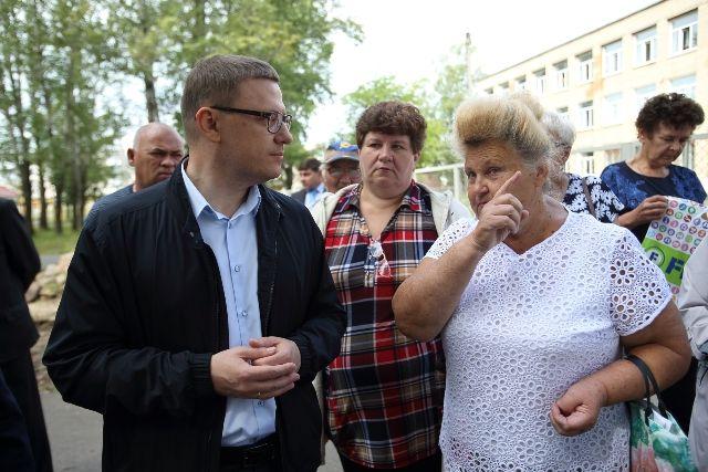 В Аше к Алексею Текслеру местные жители подходили прямо на улице и волей-неволей вносили поправки в программу визита. Впрочем, «разворот Текслера» уже стал известным приёмом главы региона.