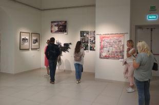 Платок стал экспонатом выставки.
