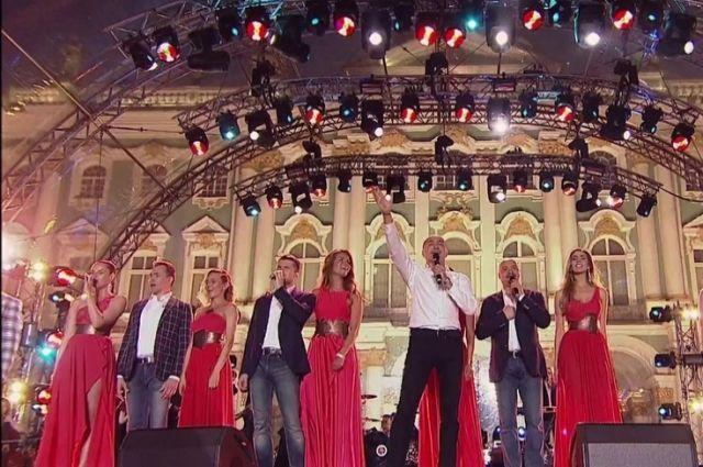 На сцену выходили даже дети, которые также исполнили несколько композиций совместно с артистами.