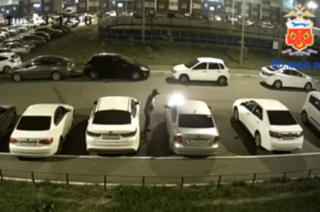 В Оренбурге разыскивается поджигатель машин на ул. Транспортной