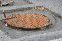 Крышка канализационного люка подпрыгивала на месте