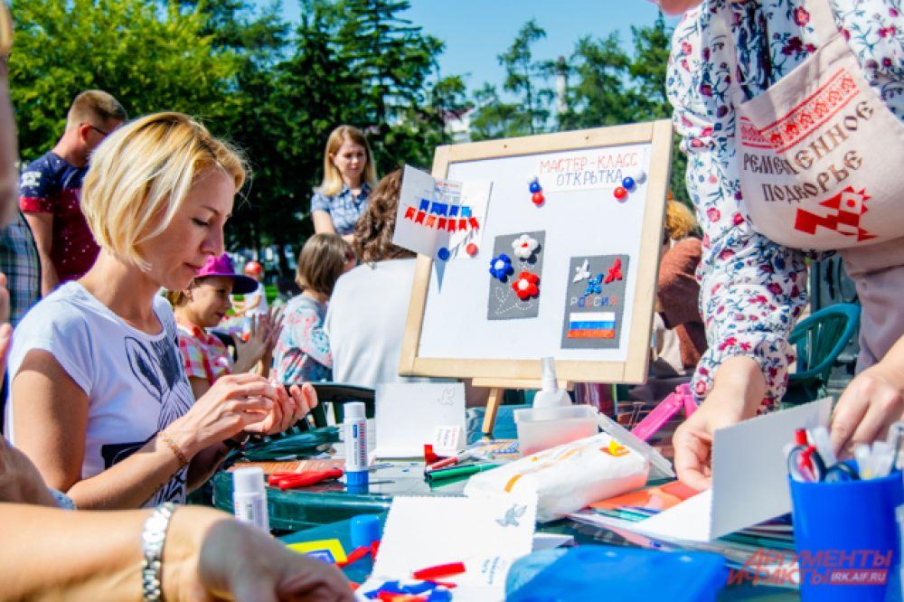 На одном из них мастер-классов ремесленники помогали сделать открытку с российским флагом.