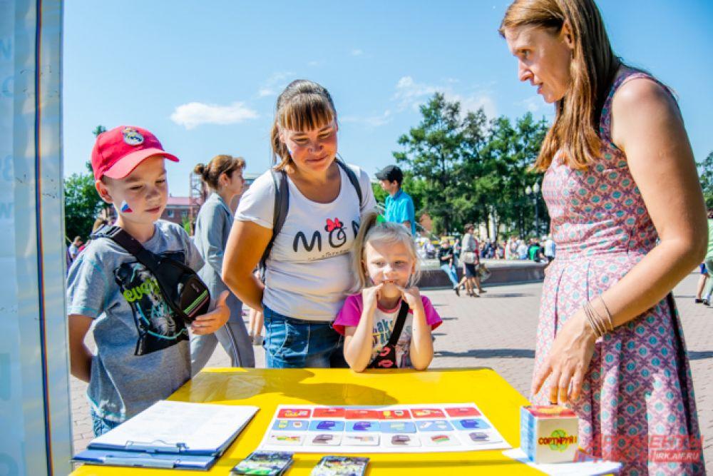На площадке областной библиотеки можно было полистать необычную интерактивную книгу «Российские регалии глазами детей».