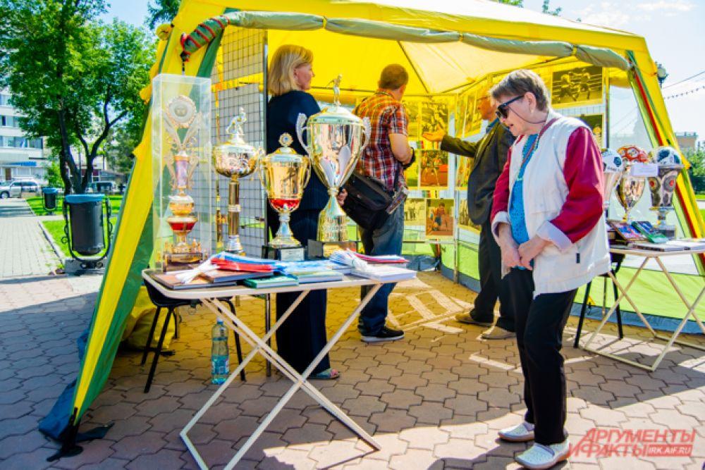 Музей спортивной славы Приангарья организовал выставку фотографий и наград именитых иркутских спортсменов, выступавших и побеждавших на всероссийских и международных соревнованиях.