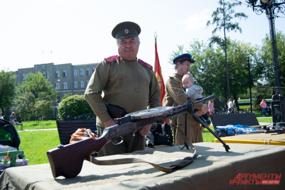 А военно-патриотический клуб сделал выставку оружия.