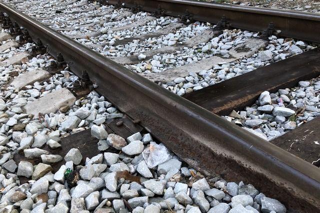 Сейчас специалисты укрепляют железнодорожное полотно.