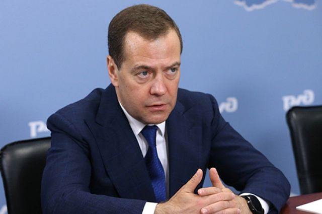 Известия: Медведев поручил проанализировать идею сократить рабочую неделю