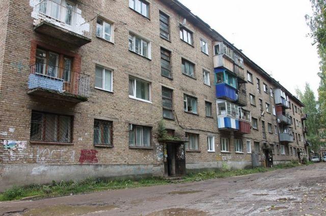 Администрация города предложила людям переселиться в здание маневренного фонда (бывшее общежитие) по улице Общественная, 11 в посёлке Максаковка.