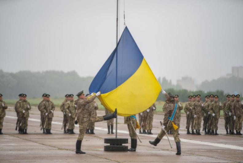 Репетиция поднятия флага, которое должно пройти в рамках Марша достоинства 24 августа