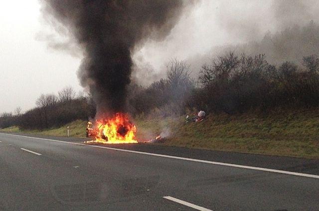 Черняховские пожарные потушили загоревшийся на дороге автомобиль