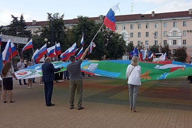 Кроме этого, перед театром растянули флаг региона и всех 26 районов.