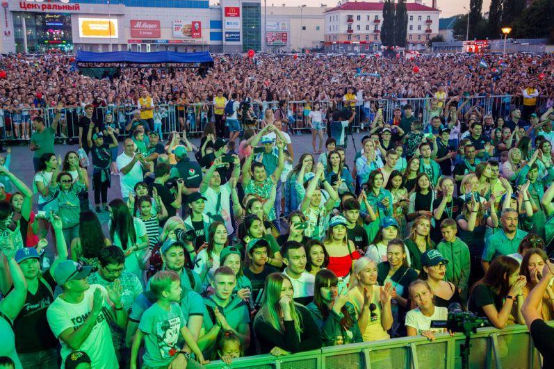 На площади перед стадионом собралась многотысячная толпа.