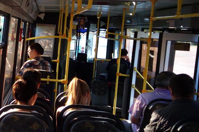 Как только мужчину высадили из автобуса, он достал палку и стал выбивать стёкла.