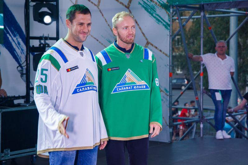 Клуб представил новую форму команды на сезон: белая форма - для выездных игр, зеленая - для домашних.