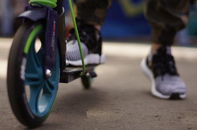 Родителям несовершеннолетних настоятельно рекомендуют проводить со своими детьми разъяснительные беседы, повторять вместе с ними правила дорожного движения и безопасности вблизи проезжей части.
