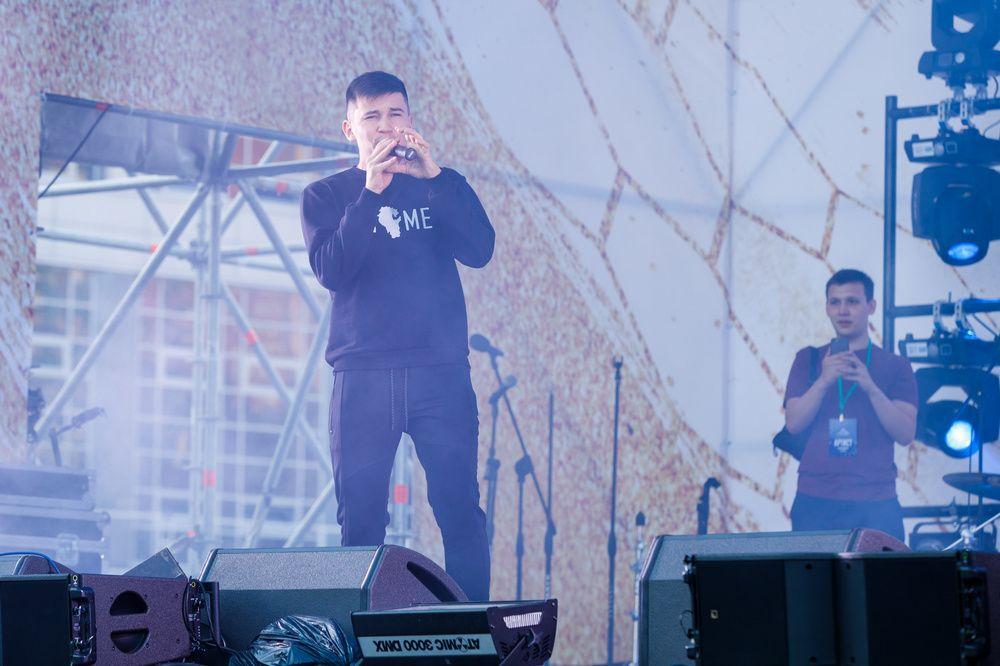 На сцене было организовано выступление различных групп.