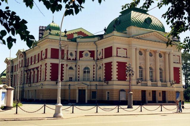 Средства на первый каменный театр жаловали состоятельные граждане.