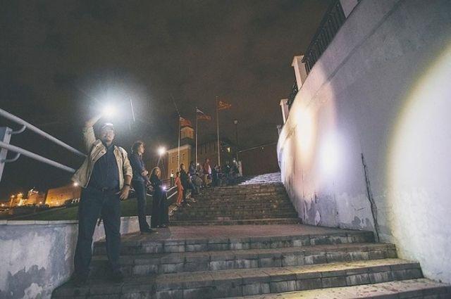 Участники акции #смоленскневидно два вечера работали вместо уличных фонарей.
