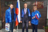 Председатель Думы города Ханты-Мансийска Константин Пенчуков и представители молодежного крыла партии «Единая Россия»