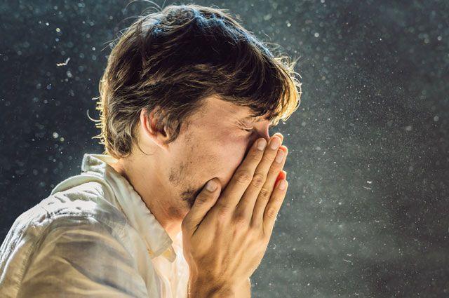 Почему чихать с закрытыми ртом и носом опасно?