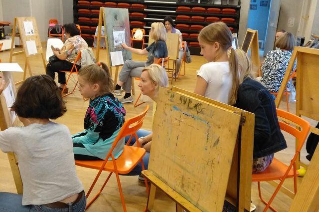 Живописи в клубе учат и детей, и взрослых.