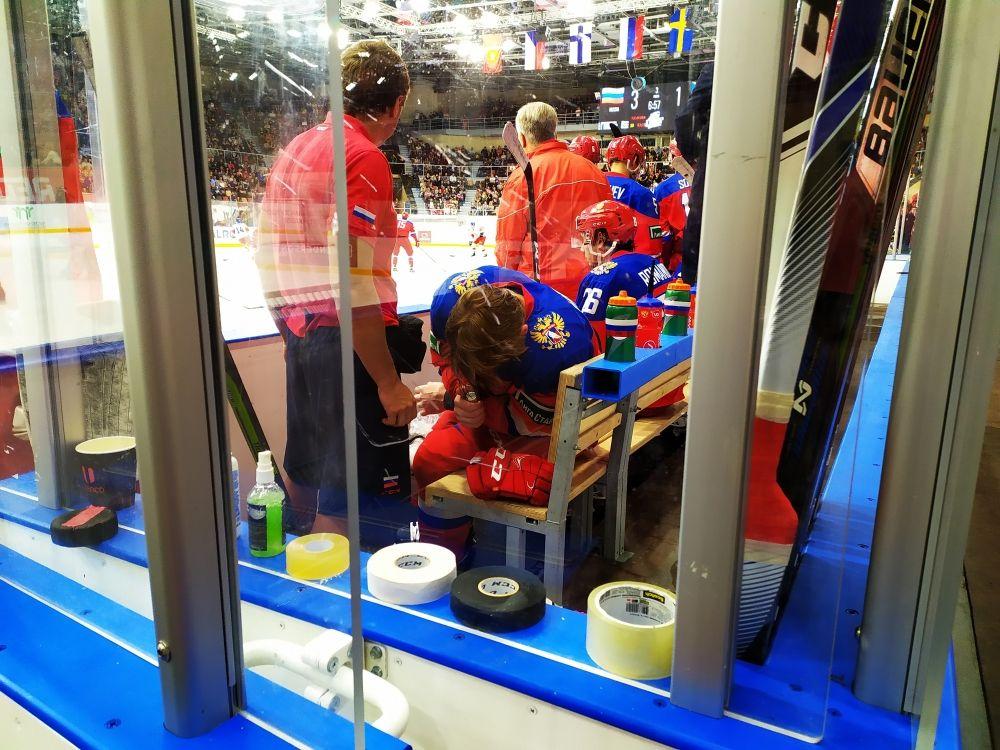 Нашатырка и через пару смен Василий уже вернулся на лёд: в хоккей играют настоящие мужчины.