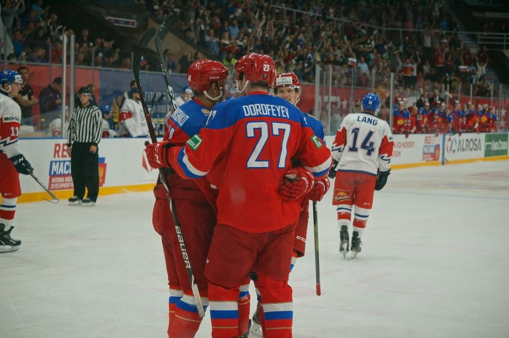 Открывший счёт во встрече Павел Дорофеев принимает поздравления партнёров.
