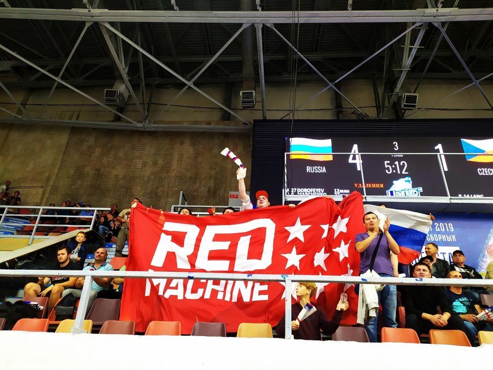 Горячие пермские болельщики празднуют успех молодёжной сборной России.