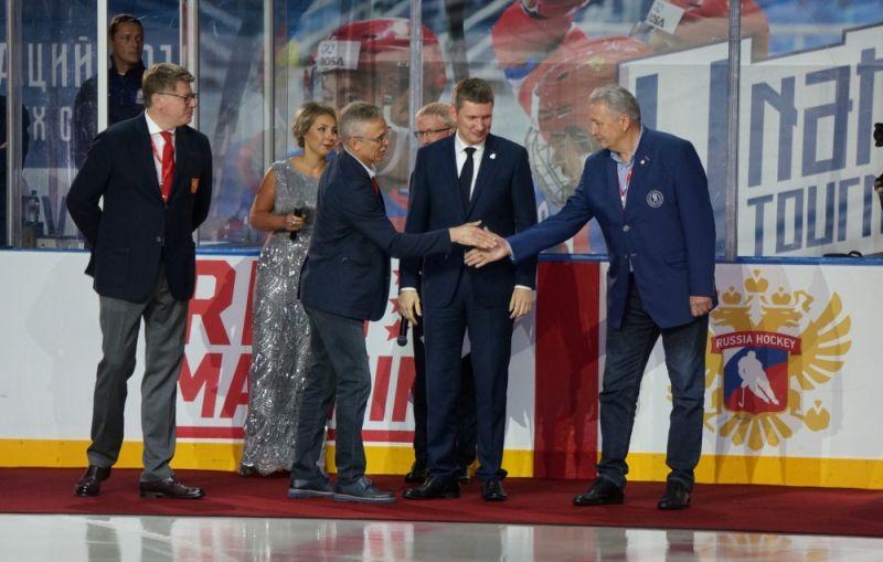 Губернатор края Максим Решетников наблюдает на открытии турнира за рукопожатием легенд мирового хоккея - Игоря Ларионова и Александра Якушева.