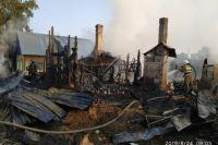 Сотрудникам пожарной службы удалось предотвратить распространение огня на жилой сектор от двух загоревшихся частных домов и надворных построек.