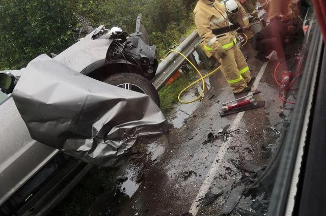 Водитель Lexus выехал на встречку, где машины столкнулись.