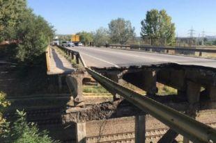 Дыра в асфальте и закрыто движение: в Харькове обрушился автомобильный мост